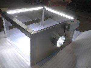 Arbeitsplatzabsaugung aus Edelstahl und Sicherheitsglas mit LED-Beleuchtung